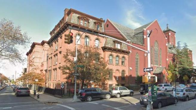 Iglesia de Santa Lucía-San Patricio, en Brooklyn (Nueva York, EE UU), y edificio de apartamentos colindante, donde cuatro hombres sufrieron abusos sexuales cuando eran niños, entre 2003 y 2009.