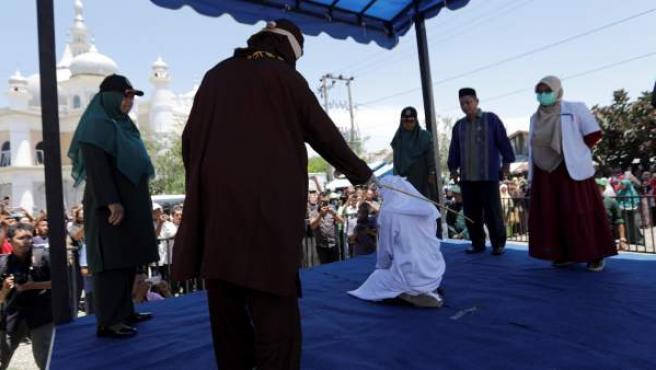 Una pareja recibe 24 azotes en Aceh por verse a solas sin estar casados.