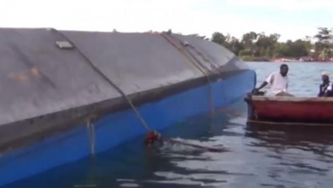Imagen que muestra al ferri que ha naufragado en el lago Victoria (Tanzania).