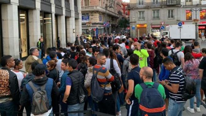 Colas para comprar el nuevo iPhone XS o XS Max en la tienda de Apple de la Puerta del Sol de Madrid.