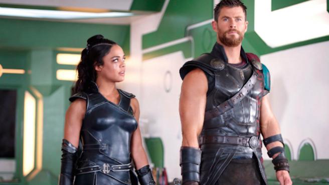 Chris Hemsworth y Tessa Thompson, los reyes de los selfies en 'Men in Black'