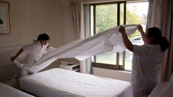 Dos camareras de piso trabajando en un hotel.
