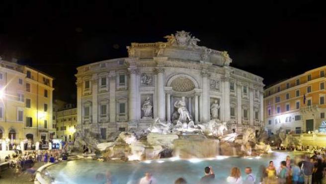 Una imagen de la Fontana di Trevi de noche.