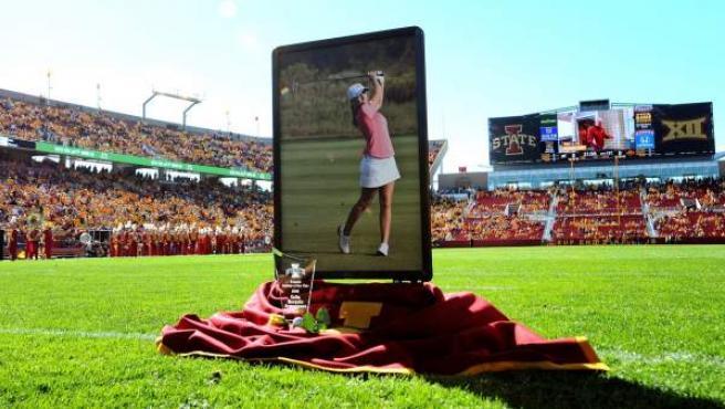 La Universidad de Iowa honró a la golfista española asesinada Celia Barquín Arozamena con una ceremonia multitudinaria previa al partido de fútbol que disputaban los Cyclons, el equipo de fútbol americano del centro educativo donde estudiaba la joven.
