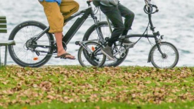 Dos personas pasean en bicicleta por Zúrich (Suiza), en una imagen de archivo.