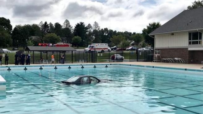 Imagen compartida por el portavoz del cuerpo de bomberos del condado de Montgomery del vehículo que terminó en el fondo de una piscina cuando hacían prácticas para aprender a estacionar el coche.