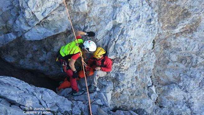 Imagen del rescate de la montañera lesionada