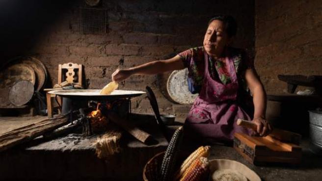 Una mujer haciendo tortillas con leña en San Cristóbal de las Casas, en el estado de Chiapas (México).