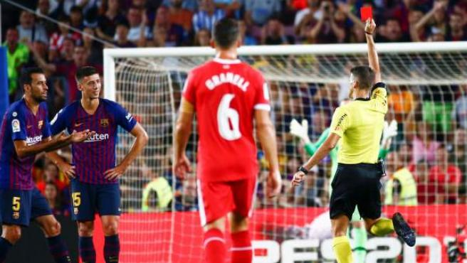 El colegiado Gil Manzano muestra la cartulina roja al defensa francés del Barcelona Clément Lenglet durante el partido Barça - Girona.