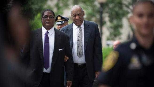 El cómico Bill Cosby y su portavoz, Andrew Wyatt, llegando a los juzgados de Norristown, Pennsylvania.