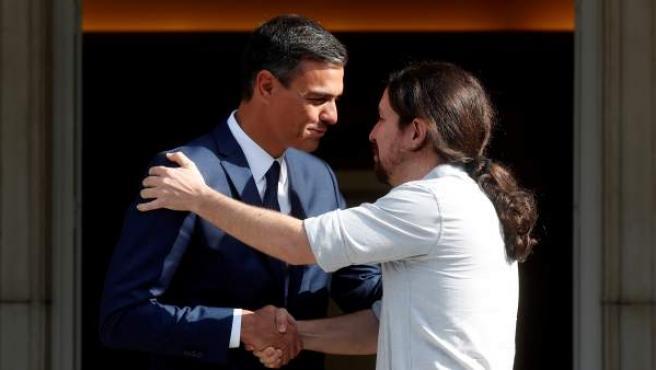 Pedro Sánchez (i), recibe al secretario general de Podemos, Pablo Iglesias (d), esta tarde en el Palacio de la Moncloa, en Madrid.