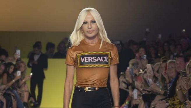Donatella Versace, en un desfile en Milán.