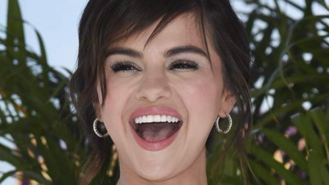 La cantante Selena Gomez escoge un vestido con estampado floral para acudir a la premier de 'Hotel Transilvania'.
