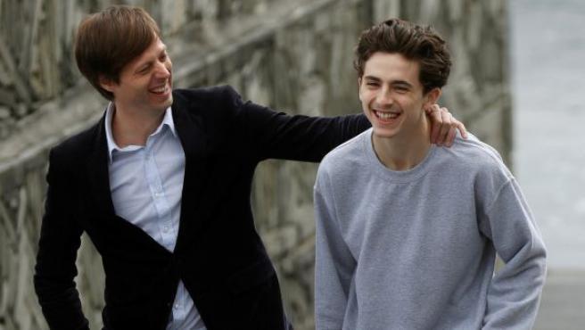 El director belga Felix Van Groeningen (i) junto al actor Timothée Chalamet (d) en el Festival de Cine de San Sebastián.