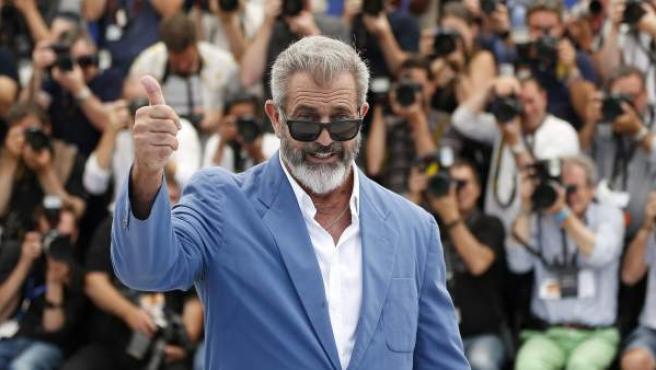 El actor Mel Gibson saluda a la prensa en el 'photocall' de 'Blood Father', en el Festival de Cannes.