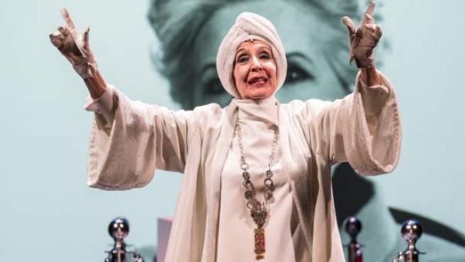 Concha Velasco colabora por primera vez en teatro con su hijo en la obra 'El funeral'.
