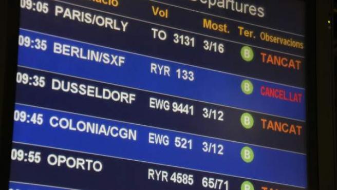 Panel de salidas del aeropuerto del Prat con la indicación de que un vuelo a Berlín de Ryanair ha sido cancelado.