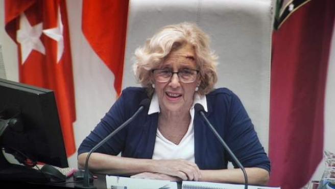La alcaldesa de Madrid, Manuela Carmena, reaparece con una brecha.