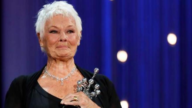 La actriz Judi Dench recibe el Premio Donostia en la 66ª edición del Festival de San Sebastián.