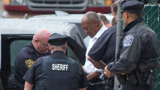 Bill Cosby, escoltado a su salida del tribunal del condado de Montgomery en Norristown, Pensilvania (EE UU).
