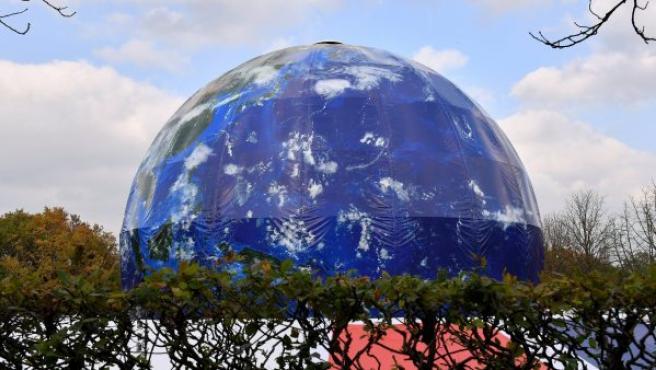 Un globo gigante con la forma de la Tierra sobre la Cumbre del Clima, la COP 23, en Bonn (Alemania).