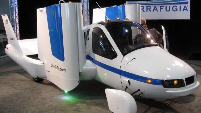 Un prototipo del modelo de coche volador 'Transition', de la empresa Terrafugia, en la Feria Internacional del Automóvil de Nueva York de 2012.