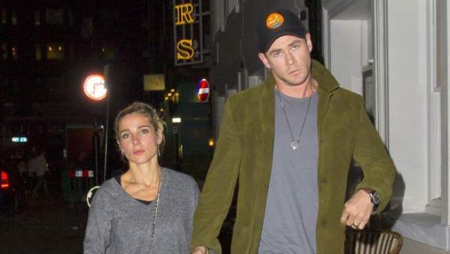 Chris Hemsworth y Elsa Pataky pasaen de la mano por Londres.