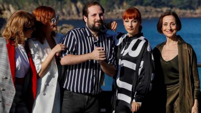 El director Carlos Vermut y las actrices Natalia de Molina, Carme Elías, Eva Llorach y Najwa Nimri durante la presentación de su película 'Quién te cantará' en el Festival de San Sebastián.