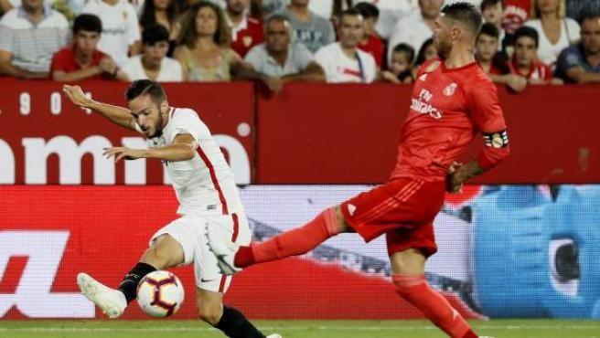 Pablo Sarabia centra ante Sergio Ramos en el Sevilla - Real Madrid.