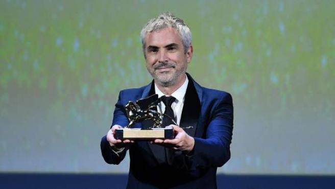 El cineasta mexicano Alfonso Cuarón, al recoger el León de Oro por su película 'Roma'.