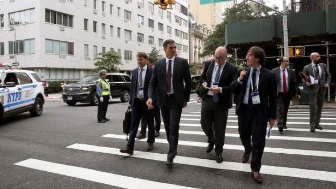 El presidente del Gobierno, Pedro Sánchez, camina por la Quinta avenida en la ciudad de Nueva York (EE UU).
