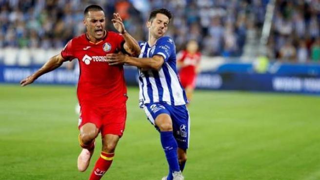 Bruno González y Jonathan Rodríguez pugnan por un balón.