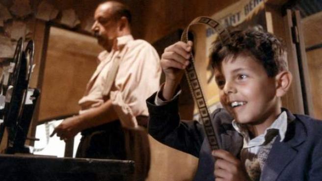 Philippe Noiret y el pequeño Salvatore Cascio en 'Cinema Paradiso'