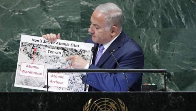 El primer ministro de Israel, Benjamin Netanyahu, muestra supuestas pruebas de un almacén nuclear en Irán durante su discurso ante la Asamblea General de la ONU, en Nueva York.