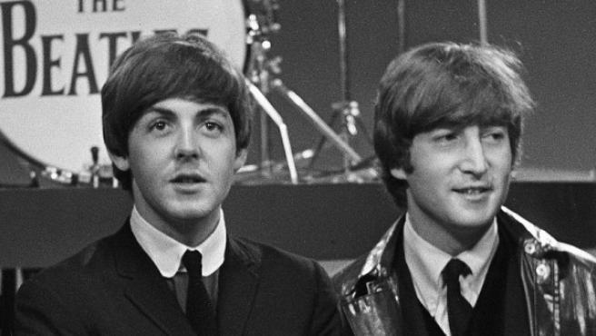 Paul McCartney (izquierda) y John Lennon (derecha).