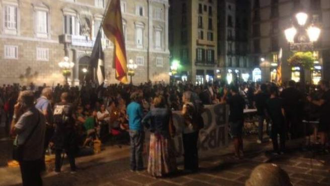 Radicales independentistas, en la plaza de Sant Jaume.