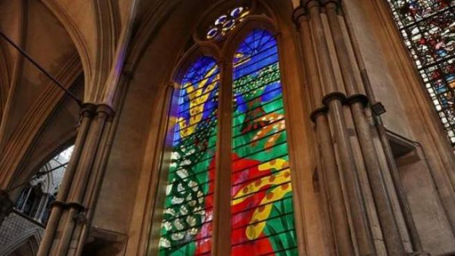 David Hockney es el autor del vitral de Isabel II en la abadía de Westminster.