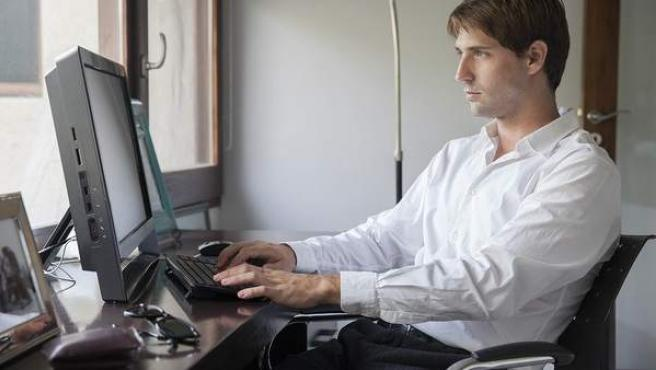 Un hombre trabajando desde casa.