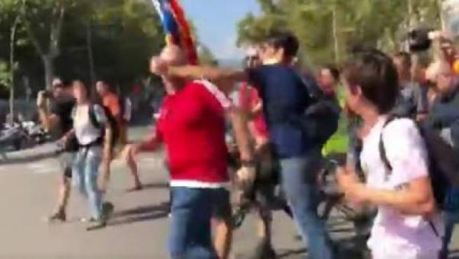 Momento en el que un independentista agrede a un manifestante.