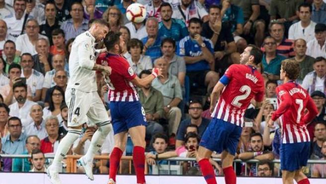 Momento en el que Sergio Ramos se ha hecho una brecha al rematar sobre la cabeza de Saúl.