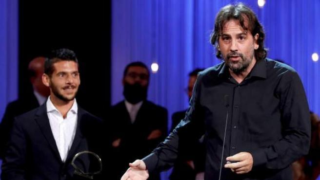 El director Isaki Lacuesta (d) antes de recibir la Concha de Oro a la mejor película por 'Entre dos aguas'.