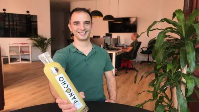 Alejandro Garriga con la botella del 'lemoncello' Panocho