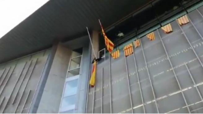Los CDR quitán la bandera de España de la delegación de la Generalitat en Girona.