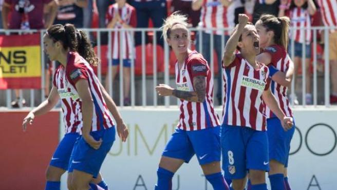 Las jugadoras del Atlético de Madrid celebran el primer gol de su equipo ante la Real Sociedad en el último partido de la Liga Iberdrola de fútbol femenino.