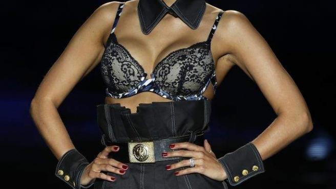 La modelo Rosanna Zanetti posa en un desfile de moda.
