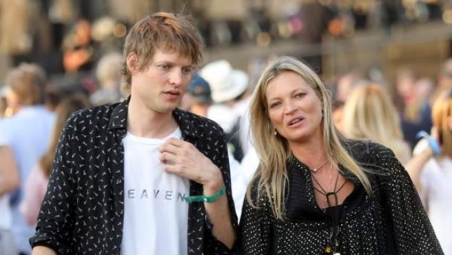 La modelo Kate Moss y su novio Nikolai Von Bismarck en el British Summer Music Festival.