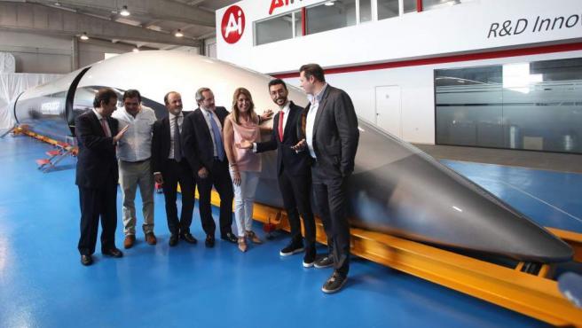 Susana Díaz junto a los ingenieros y constructores de la cápsula de pasajeros para el Hyperloop.