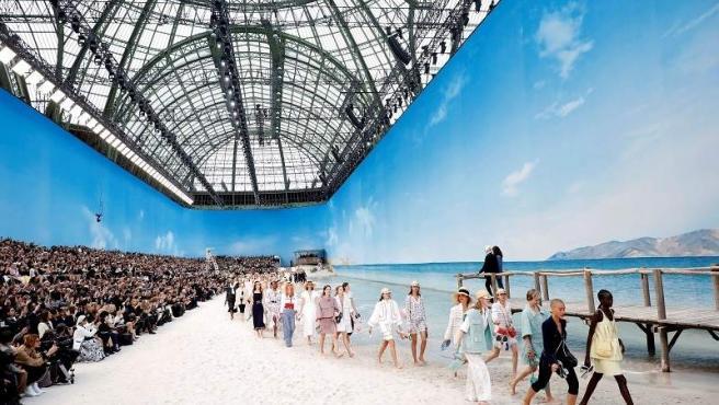 Acantilados sobre un enorme lienzo, arena y el sonido de las olas ambientaron la presentación en la costa, el lugar favorito de Coco Chanel.