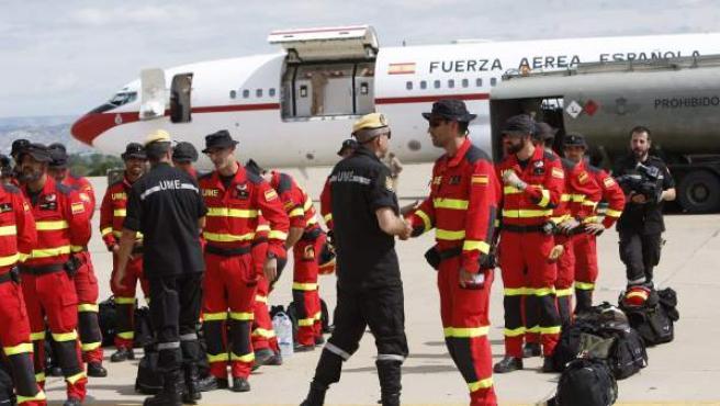 Militares de la UME y los miembros del Grupo de Montaña de la Guardia Civil antes de partir a la búsqueda de los españoles desaparecidos en Nepal.