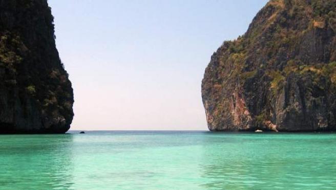Este idílico paraje situado en la isla de Ko Phi Phi Lee, al sur del país, se convirtió en una gran atracción turística después de aparecer en la película La Playa.